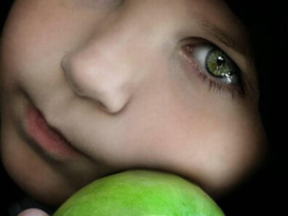 niño-triste-con-manzana